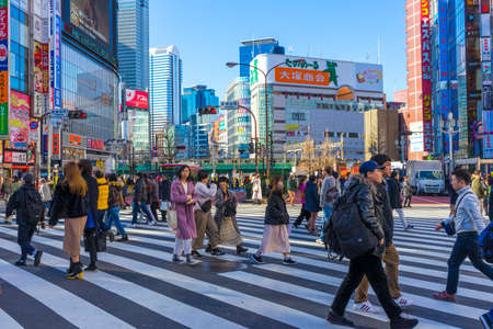 Crowd of undefined people crossing streets at Shinjuku road in Tokyo, Japan 新闻类图片