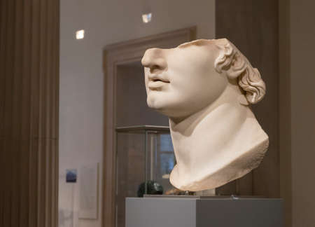 Gallery containg famous sculptures at the Metropolitan Museum of Art in New York. Banco de Imagens - 157482629