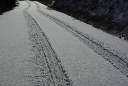 Tire tracks in verse sneeuw Stockfoto