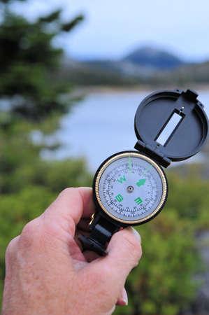 determining: Determinar la ubicaci�n con una br�jula Foto de archivo