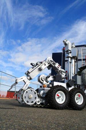 Bom verwijdering robot compleet met camera, microfoon, gripper arm en andere geassorteerde items gebruikt om te onderzoeken een mogelijk bommelding