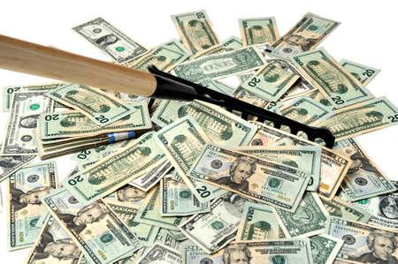 20: Facturas de veinte d�lares de Estados Unidos insolated sobre un fondo blanco, siendo rastrillado con un rastrillo de jard�n para mostrar el concepto de hacer dinero f�cil