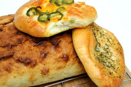 Un pan cuadrado de pan artesanal y Focaccia rollos en italiano hierbas de objeto y queso cheddar de jalape�o  Foto de archivo - 7653236