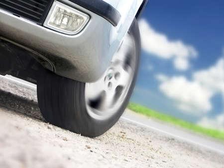turn the corner: Velocidad - el detalle coche deportivo con cielo de verano  Foto de archivo