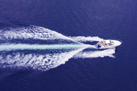 despertarse: r�pido barco de motor con splash y despu�s  Foto de archivo