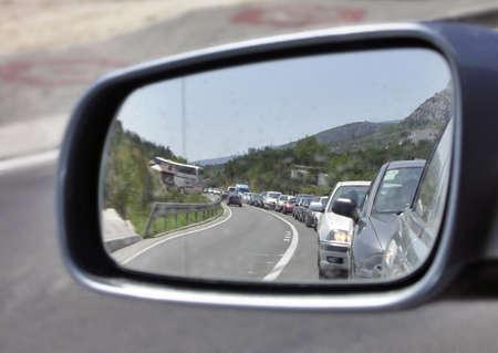 rear view mirror: Reflexi�n de un atasco en un espejo sideview
