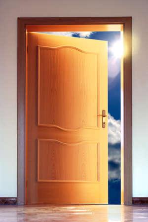 abrir puerta: Puerta abierta a un cielo azul con sol - imagen conceptual