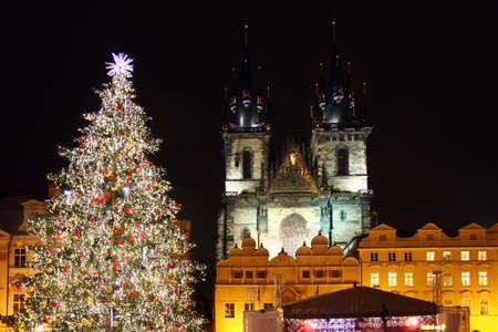 Czech republic - metropolises Prague - Staromestske square with christmas tree Foto de archivo