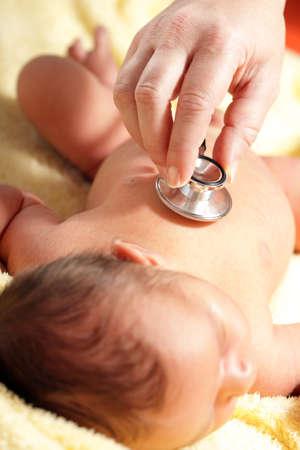 paediatrician: Estetoscopio escuchando a un beb� Foto de archivo
