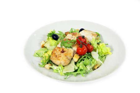 ensalada cesar: Ensalada César con filete de pollo sobre fondo blanco