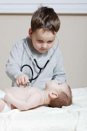 brat: Stetoskop sÅ'uchanie bicia serca dziecka Zdjęcie Seryjne