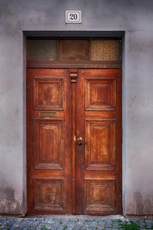 tocar la puerta: Puerta antigua casa de madera en la ciudad de Pardubice Foto de archivo