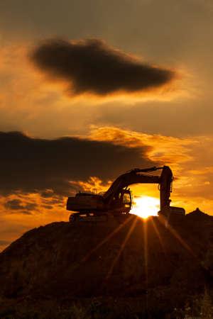 maquinaria pesada: horizonte excavadora con la puesta del sol de color Foto de archivo