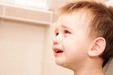 泣いて赤ちゃん男の子の家の肖像画。 写真素材