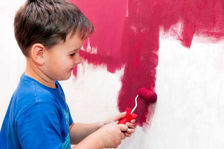 Garçon peinture rouge de mur dans l'appartement Banque d'images - 38364600