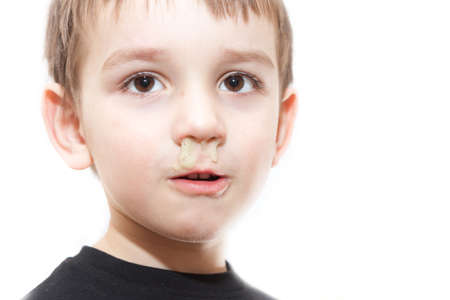 nariz: Niño enfermo con gripe y rinitis verde en la nariz - imagen aislado