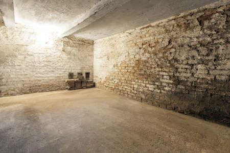 Verlassener leerer alter dunkler unterirdischer Keller