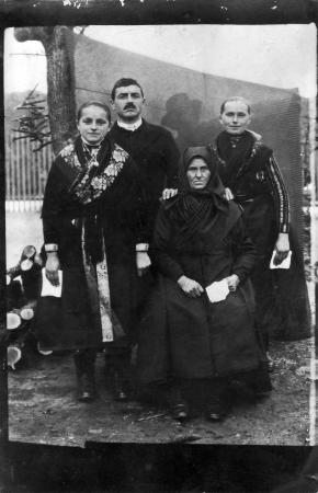macar: bağbozumu aile portre kırklı gelen büyükanne anne baba ve kızı resmeden Stok Fotoğraf