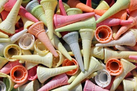 comiendo helado: coloridos conos de helado, fondo abstracto verano