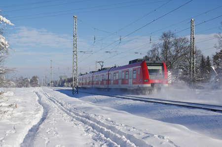 Zug an einem Wintertag