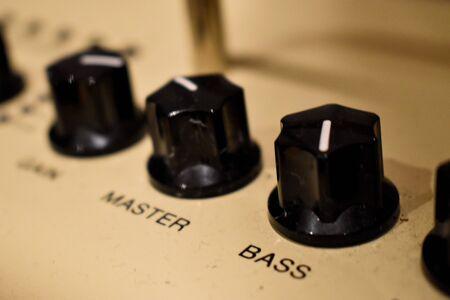 Nahaufnahme von Bedienknöpfen an einem Verstärker oder Verstärker für E- und Bassgitarren