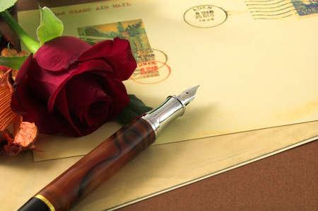 pluma de escribir antigua: romance y tarjetas postales vintage rosa roja