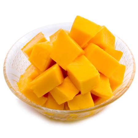 mango fruta: Cubos de mango en el plato  rebanadas de cerca aislados en blanco  Macro