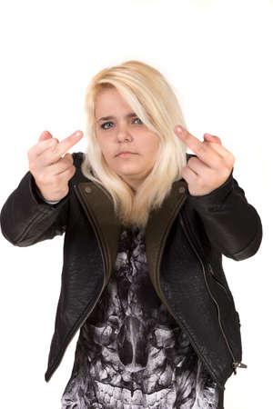 irrespeto: Adolescente que desgasta la chaqueta de cuero del dedo medio