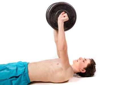 niño sin camisa: Adolescente que hace el entrenamiento de fuerza