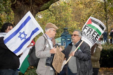 4th November 2017, London, United Kingdom:-A pro Israeli and pro Palestine protester meet outside the US embassy in London Editorial