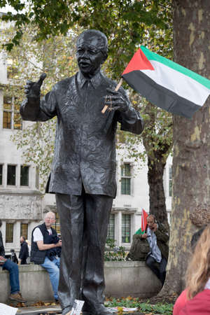 4th November 2017, London, United Kingdom:-Statue of Nelson Mandela holding a Palestine flag placed by a protester in Parliment Square Editorial