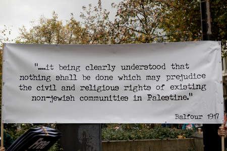 2017 年 11 月 4 日、ロンドン、イギリス:-プロ パレスチナ 1917年バルフォア宣言に対して集会でプラカードを掲げています。 報道画像