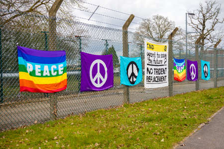 Aldermaston, United Kingdom, 1st April 2018:- CND protesters gather outside the main gate to the AWE where Britain's nuclear warheads are made, on the 60th anniversary of the first CND march in 1958 Éditoriale