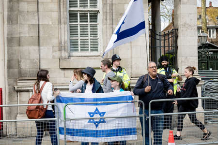 London, United Kingdom, 14th April 2018:- A group of Pro Israel protester opposite a gathering of pro Palestine protesters, near the Israeli Embassy in London. Banco de Imagens - 106325749