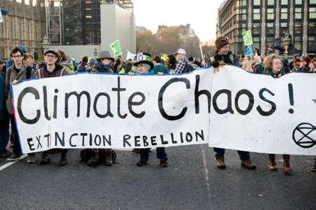 Londres, Reino Unido, 17 de noviembre: - Los manifestantes de Extinction Rebellion bloquean el puente de Westminster en el centro de Londres para protestar por la actual emergencia ambiental.