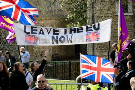 Londres, Reino Unido, 29 de marzo de 2019: - manifestantes a favor del Brexit fuera del Parlamento británico el día en que el Reino Unido debería haber abandonado la UE Editorial