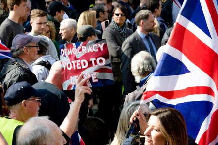 Londres, Reino Unido, 29 de marzo de 2019: - manifestantes a favor del Brexit fuera del Parlamento británico el día en que el Reino Unido debería haber abandonado la UE