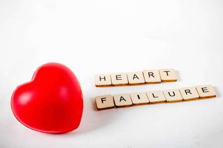 Concetto di assistenza sanitaria che mostra un cuore e il messaggio di insufficienza cardiaca