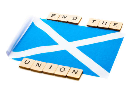 The national flag of Scotland, the Saltaire or cross of St Andrews on a white background with a sign reading End The Union Banque d'images