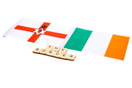 The national flag of Northern Ireland and the Republic of Ireland on a white background with a sign reading The Border Banque d'images