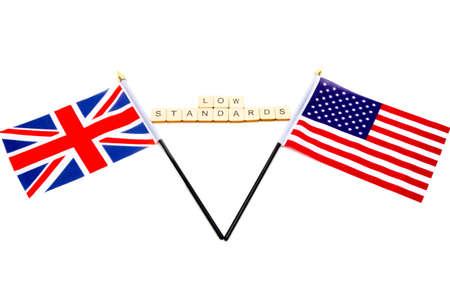 Las banderas del Reino Unido y los Estados Unidos aisladas sobre un fondo blanco con un cartel que dice Estándares bajos