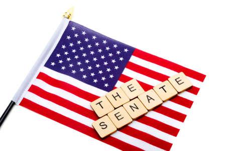 La bandera de los Estados Unidos aislado sobre un fondo blanco con un cartel que decía El Senado
