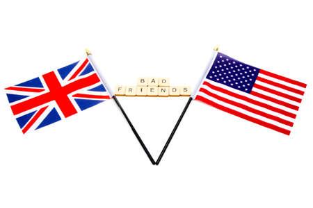 Die Flaggen des Vereinigten Königreichs und der Vereinigten Staaten isoliert auf weißem Hintergrund mit einem Schild mit der Aufschrift Bad Friends