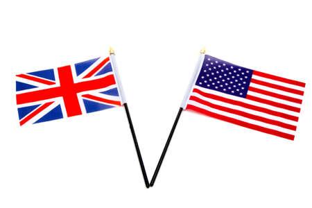 Las banderas del Reino Unido y Estados Unidos aislado sobre un fondo blanco. Foto de archivo