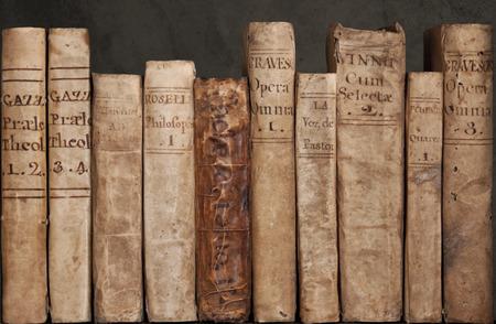 棚の革で非常に古い古代本