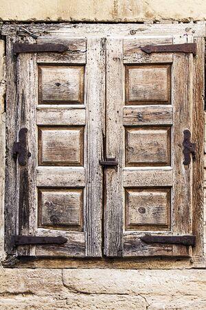 old wooden window on a wall shelling 免版税图像