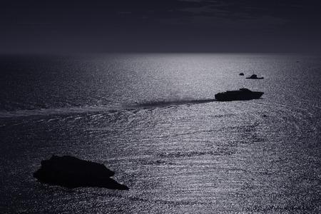 夕暮れ時、海に船をクルーズします。