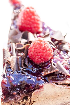 チョコレート ケーキとやり場のない背景にラズベリーの作品