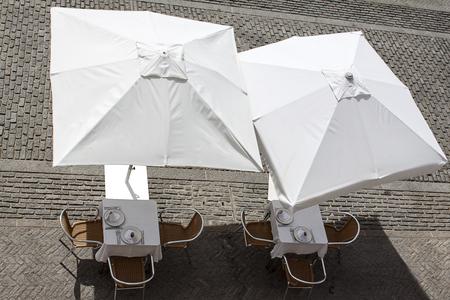 夏のテラス テーブルと白いパラソル