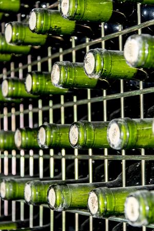 지하실에서 와인 병의 세부 사항